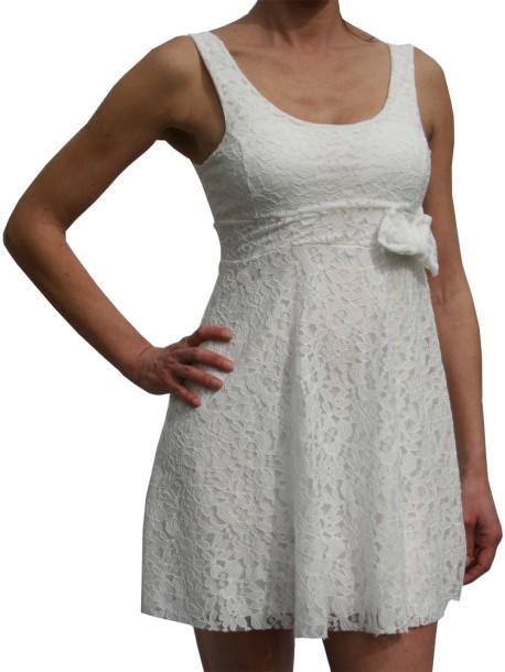 41f708e6941 Robe courte blanche en dentelle sans manches de Lutine.fr
